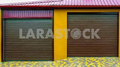 Новый кирпичный гараж с роллетами на две машины
