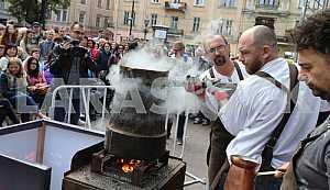 Бариста варит кофе во Львове
