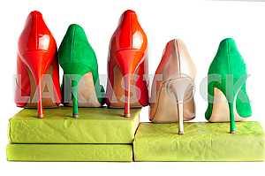 Яркие, разноцветные женские туфли на высоких каблуках