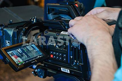 Видеокамера с руками оператора