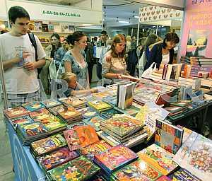 Посетели ярмарки выбирают книги