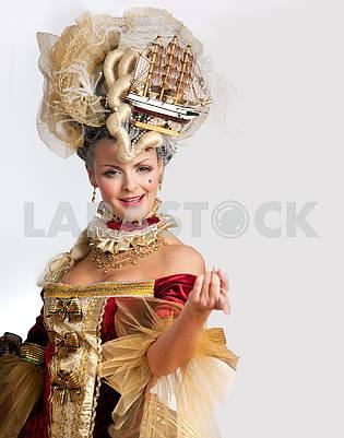 Улыбка женщины в красном платье в стиле 18-го века