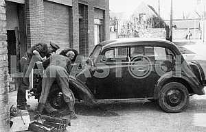 Немецкие солдаты чинят автомобиль