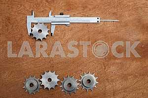 Различные строительные инструменты на деревянном фоне - отвертка, суппорт.