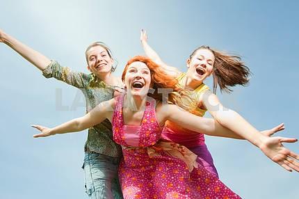 Мама и два дочь с удовольствием