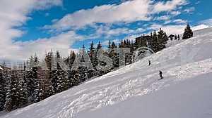 Лижники на лыжных альпийских трассах