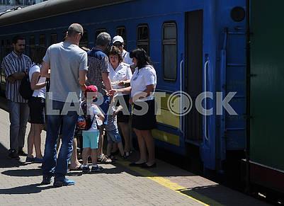 Посадка на ретро-поезд на железнодорожном вокзале