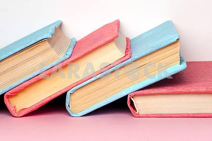 Вид сверху ярких красочных книг в твердом переплете по кругу.