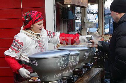 Продавец глинтвейна на Софийской площади