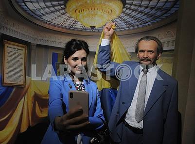 Женщина делает селфи на фоне фигуры Вячеслава Черновола