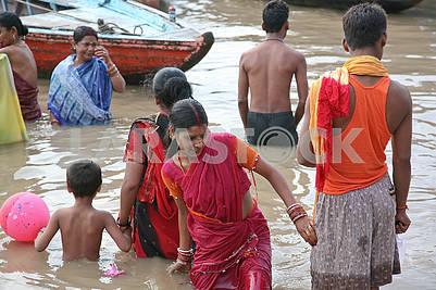Молодая индийская женщина совершают омовение в водах священной реки Ганг
