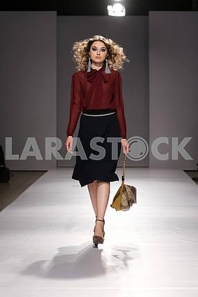 Показ V by Gres, девушка в темно-красной блузке