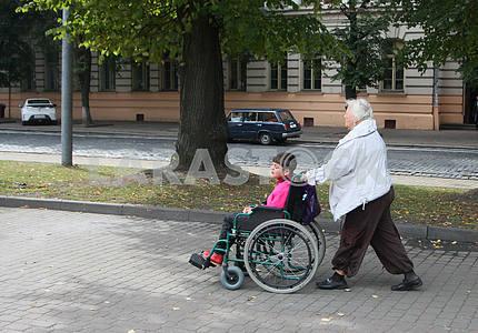 Женщина и мальчик в инвалидной коляске