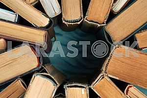 Старые и использованные книги в твердом переплете или учебники на деревянном столе. Книги и чтение необходимы для самосовершенствования, получения знаний и успеха в нашей карьере, деловой и личной жизни. Копирование пространства