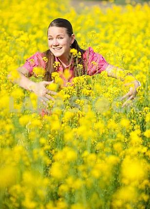 Довольно улыбается девушка на зеленом лугу . Мягкий фокус. Сосредоточиться на глаза .