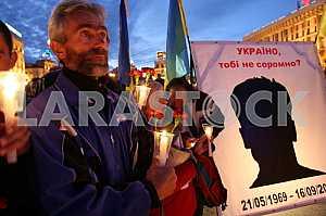 Люди держат свечи