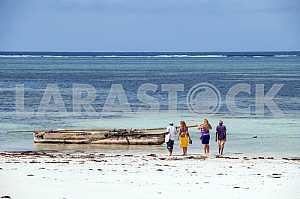 Туристы на пляже индийского океана