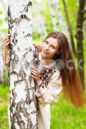 Красивая женщина среди весеннего цветения