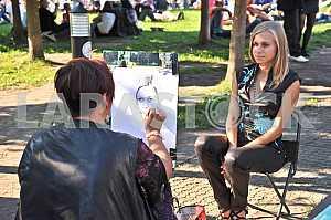 Художница на улице рисует портрет девушки