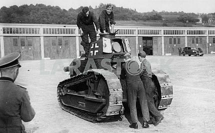 Немцы захватили французский легкий танк