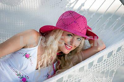 Симпатичная девушка, отдыхающая в гамаке