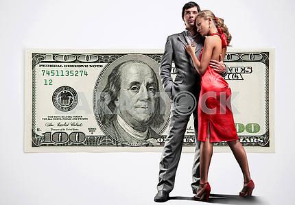 Молодая красивая пара под деньги