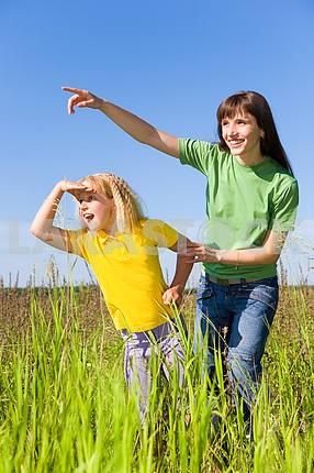Счастливая женщина и девочка на поле . Девушка что-то Удивленный .
