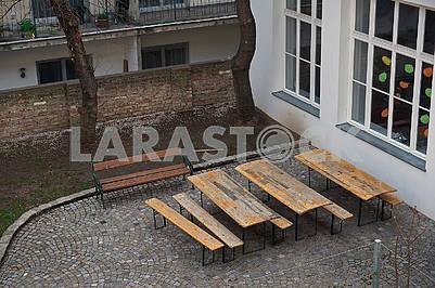 Деревянные столы и скамейки