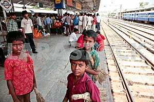 Дети индийских вокзалов с вениками