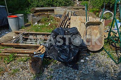 Двір захаращений сміттям