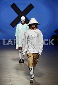 Модели во время показа коллекции украинского бренда Дастиш Фантастиш