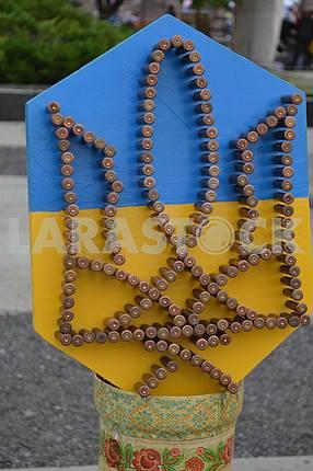Герб Украины сделанный из гильз на дне Краматорска