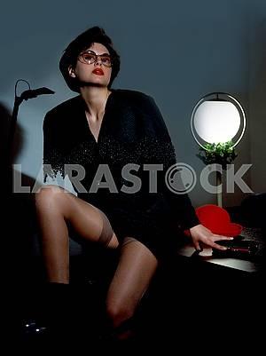 Молодой привлекательной бизнесмен, сидя на столе