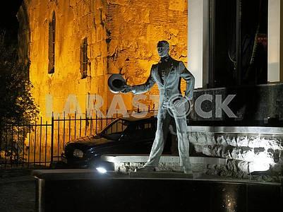 Скульптура  возле отеля Амбассадор