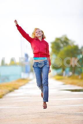 Молодая привлекательная девушка работает счастливы вместе на открытом воздухе