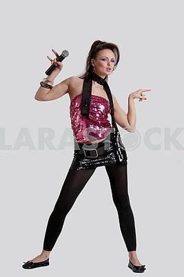 Портрет красивой девушки рок-певца