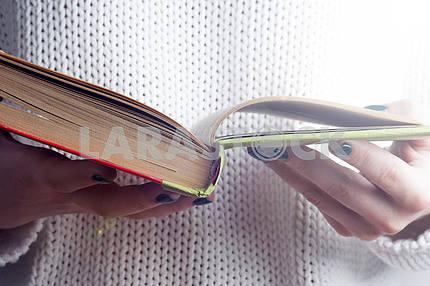 Молодая девушка, чтение открытой старой книги. Знания, Наука. Тонированное изображение.