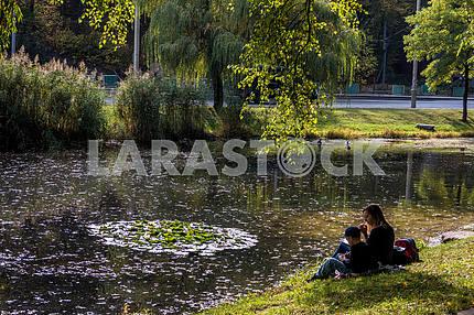 Мама с ребенком отдыхают на берегу озера