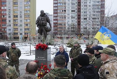 Возложение цветов к памятнику Воину-добровольцу