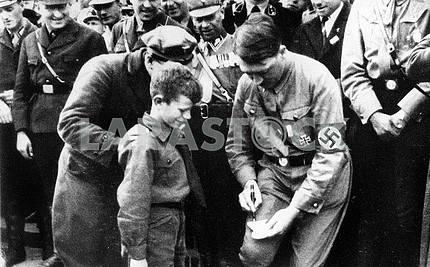 Адольф Гитлер дает автограф