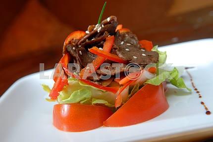 Салат из свежих овощей и мяса говядины