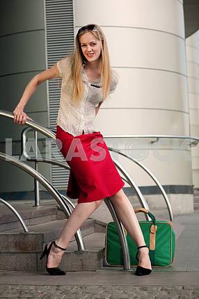 Молодая женщина , блондинка, на фоне станции . В целом