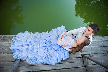Пара любви, влюбленная, вместе в парке Форрест, на деревянном мосту, девушка в красивом фиолетовом платье, солнечный вечер, лето, зеленая вода на заднем плане