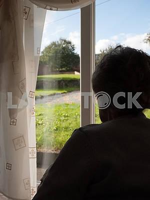 Одинокая старшая женщина