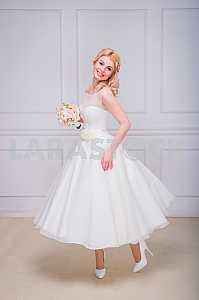 Блондинка красивая невеста в коротком платье с свадебный букет