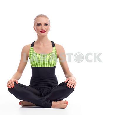 Привлекательная женщина гимнастка, тренеруется в студии