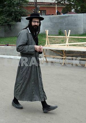 Хасид идёт по улице Умани