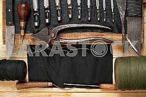 Столярные инструменты на деревянном столе с опилками. Циркулярная пила.
