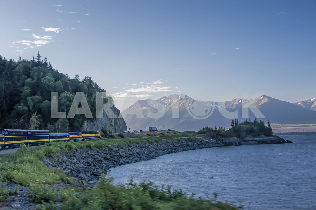 Train on the ocean shore — Image 33500