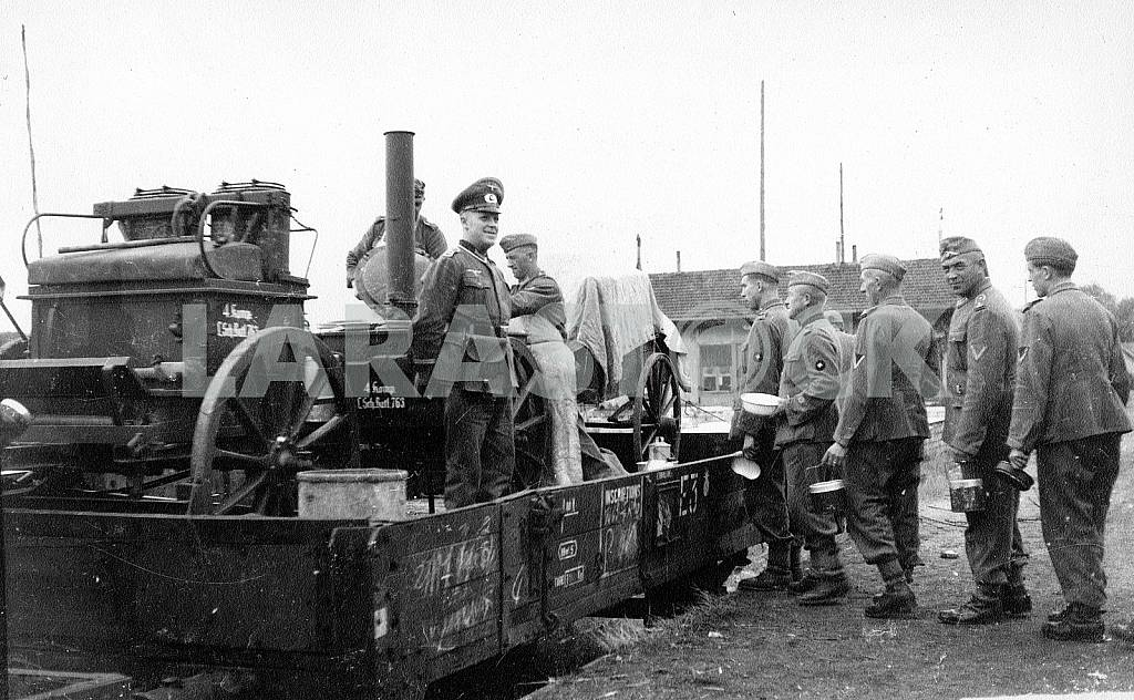 German soldiers on the rolling kitchen on train. — Image 22410